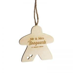 bordspel-merchandise-houten-kerstornament-meeple-mr-mrs-gepersonaliseerd